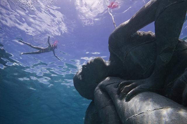 バハマの海に沈められた巨大な少女像